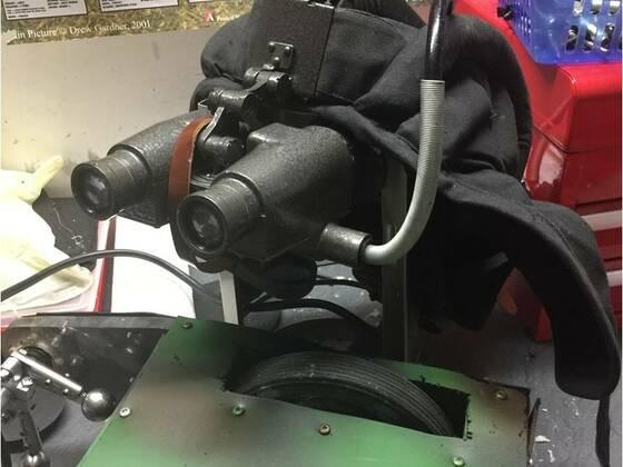 Panzermütze mit Nachtsichtgerät, damit der Keiler auch bei Dunkelheit sicher fahren kann